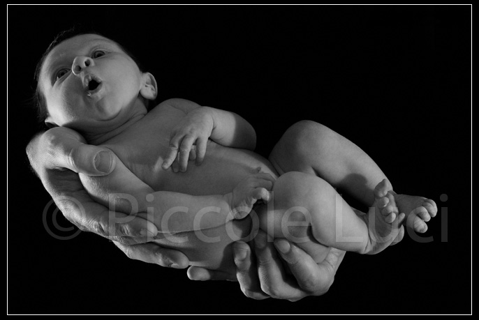 bambina tra le mani di papa